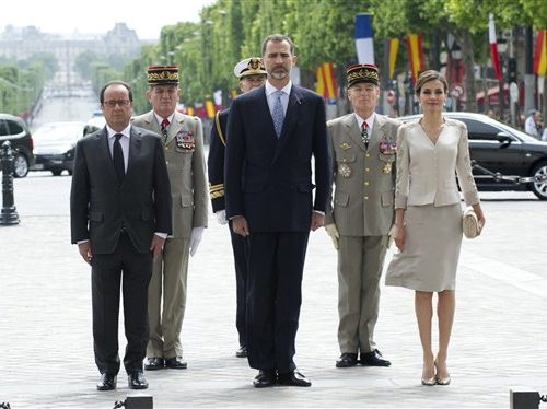 French President Francois Hollande, left, Spain's King Felipe VI, center, and Queen Letizia participate in a wreath laying ceremony at the Arc de Triomphe in Paris, France, Tuesday, June 2, 2015. Spanish flags line Paris avenues as the French capital is hosting Spain's King Felipe VI and Queen Letizia, on a state visit that was delayed because of a deadly plane crash in March involving dozens of Spanish victims. (AP Photo/Kamil Zihnioglu, Pool)