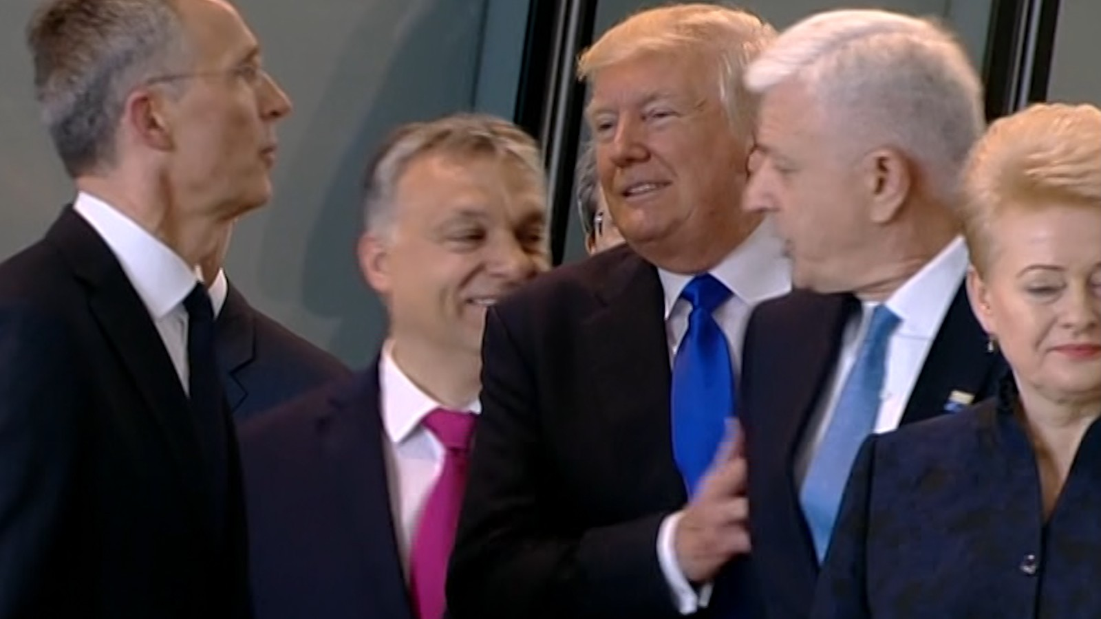 USA-2017-Taormina-Italia_Trump-shove-prime-minister-montenegro-nato-OTAN_amenimario